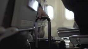 Embarquement de Passangers dans l'avion dans l'aéroport Passangers marchant pour placer à l'intérieur de la cabine d'aéronefs dan clips vidéos