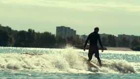 Embarquement de pratique de l'eau d'homme Concept sain de style de vie Sport d'eau extrême banque de vidéos
