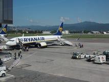 Embarquement de Ryanair Boeing 737-8AS à Bergame Orio Al Serio Images libres de droits