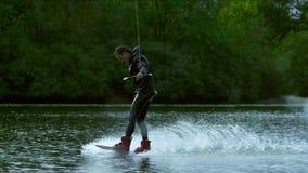 Embarquement de sillage sur la rivière Le cavalier masculin ont plaisir à wakeboarding Mode de vie extrême banque de vidéos