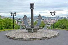 Embarquez l'ancre, une partie d'un mémorial à la mémoire des marins qui ont été perdus dans un temps de paix mourmansk Images stock