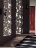 Embarquez la coupe de mur ou percé en fleurs minimales de style formez en tant que source lumineuse naturelle Photos stock
