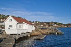 Embarquez la jetée de promenade et de bateau autour de la roche Image stock