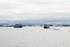 Embarquez la navigation entre les icebergs en mer arctique dans le Svalbard Photo stock