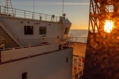 Embarquez la superstructure blanche du ` s et la vue de navigation de pont photographie stock