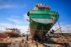 Embarquez les réparations de attente sur un dock sec Images stock