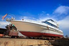 Embarquez les réparations de attente sur un dock sec Photo libre de droits