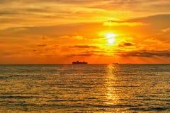 Embarquez les silhouettes en mer baltique pendant un beau coucher du soleil Photo libre de droits