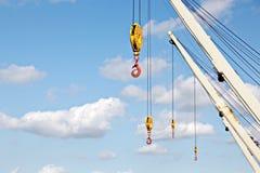 Embarquez les structures, les mâts, les antennes, l'entonnoir, la timonerie de bateau contre le ciel bleu et les nuages photos stock