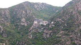 Embarquez les voiles le long de la péninsule d'Athos, état monastique autonome en Grèce clips vidéos