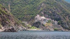 Embarquez les voiles le long de la péninsule d'Athos, état monastique autonome en Grèce banque de vidéos