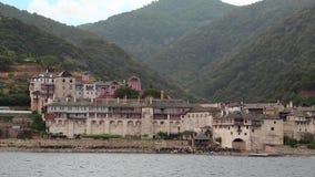 Embarquez les voiles le long de la péninsule d'Athos, état monastique autonome, Grèce clips vidéos
