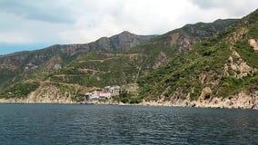 Embarquez les voiles le long de la péninsule d'Athos, état monastique autonome, Grèce banque de vidéos