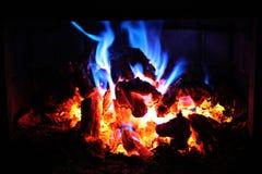 Embers d'ardore del fuoco alla notte fotografia stock