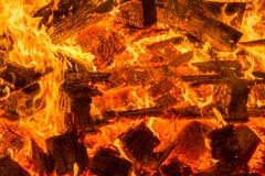 Embers od płonących drewnianych barłogów obrazy royalty free