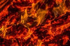 Embers od płonących drewnianych barłogów obraz stock