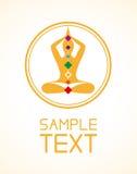 Emblème d'homme de yoga avec le chakra de pierres gemmes de cristaux sur le fond blanc Photographie stock libre de droits