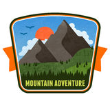 Emblème d'insigne d'aventure de montagne Photographie stock libre de droits