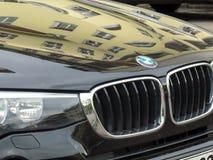 Emblème de BMW sur une voiture noire brillante Images stock