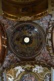 Emblème de colombe au centre d'un bel Oculus Image stock