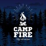 Emblème de feu de camp sur l'illustration de vecteur de fond de forêt illustration de vecteur
