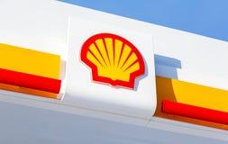 Emblème de la compagnie de Royal Dutch Shell contre le ciel bleu photos stock