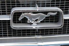 Emblème de mustang de vieille voiture images stock
