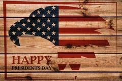 Emblème des Présidents Day avec l'aigle américain dans le cadre rouge Fond en bois photos stock