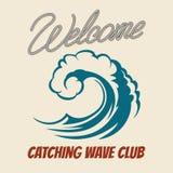Emblème surfant de club avec la vague de tueur Éclaboussure de vagues de mer d'affiche de ressac de vintage de vecteur illustration stock