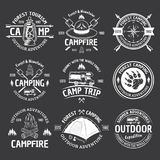 Emblèmes blancs de vintage de vecteur de camping sur l'obscurité illustration stock