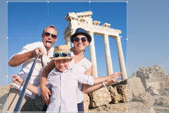 Emblavage heureux de photo de voyage de selfie de famille pour la part en Ne social Photo libre de droits
