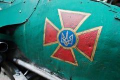 Embleem bij militaire auto van de Strijdkrachten van de Oekraïne royalty-vrije stock fotografie