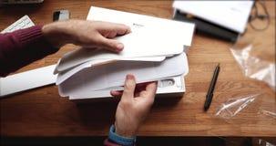 embleem, Mens die de nieuwe Apple-computer van Horloge wearable smartwatch unboxing stock video