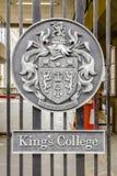 Embleem op de ingangspoort van de Universiteit van de Koning in Londen, het UK royalty-vrije stock foto's