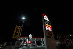 Embleem petro-Canada voor één van hun benzinestations in Ottawa, Ontario royalty-vrije stock foto