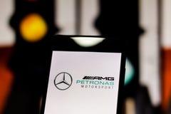 Embleem van 'Mercedes Formule 1 van Petronas AMG Motorsport 'team op het mobiele apparatenscherm stock fotografie