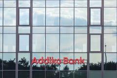 Embleem van Addiko-Bank op hun lokaal hoofdkwartier voor Servië Vroeger is Hypo Alpe Adria, Addiko een Oostenrijkse bankengroep royalty-vrije stock afbeelding