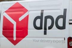 Embleem van de postkoerier van DPD bij witte bestelwagen Stock Afbeeldingen