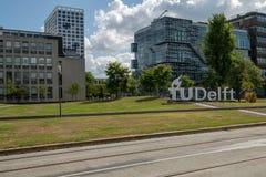 Embleem van de Universiteit van Delft van Technologie op de campus, Nederland royalty-vrije stock fotografie