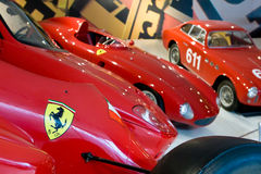 Embleem van Ferrari op sportwagen Stock Foto's
