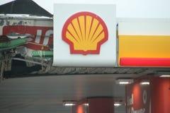 Embleem van koninklijk Shell op een dak van een benzinepost in Wassenaar, Nederland royalty-vrije stock afbeelding