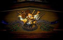 Embleem van mickeymuis in de uitrusting van de overlegleider royalty-vrije stock foto's