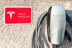 Embleem van Tesla op hun hoofd het laden post in Belgrado Tesla specialiseert zich in elektrische voertuigen stock afbeeldingen