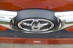Embleem van Toyota op de autovoorzijde, dat binnen een testaandrijving wordt genomen Royalty-vrije Stock Afbeelding