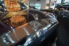 Emblem`-anden av extas` av en i naturlig storlek lyxig bilRolls-Royce Phantom VII serie II fördjupa hjulbasen royaltyfria bilder