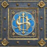 Emblem auf den Türen der Kirche Stockfoto