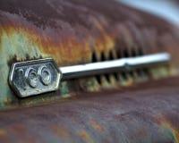 Emblem 100 auf Haube des alten LKWs Lizenzfreie Stockfotos