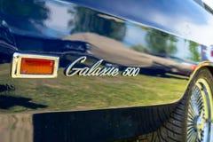 Emblem av den i naturlig storlek bilen Ford Galaxie 500, n?rbild royaltyfri fotografi