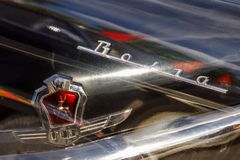 Emblem av den sovjetiska bilväxten GAZ och inskriften Volga på bilen Volga GAZ-21 i en sikt för åtskillig exponering royaltyfri bild
