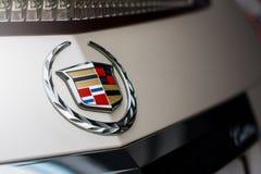 Emblem av det Cadillac företaget på bilen på dagen arkivbilder